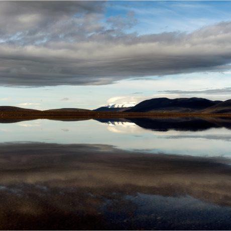 Wie ein Spiegel liegen flache Seen in der Álftadalsdyngja